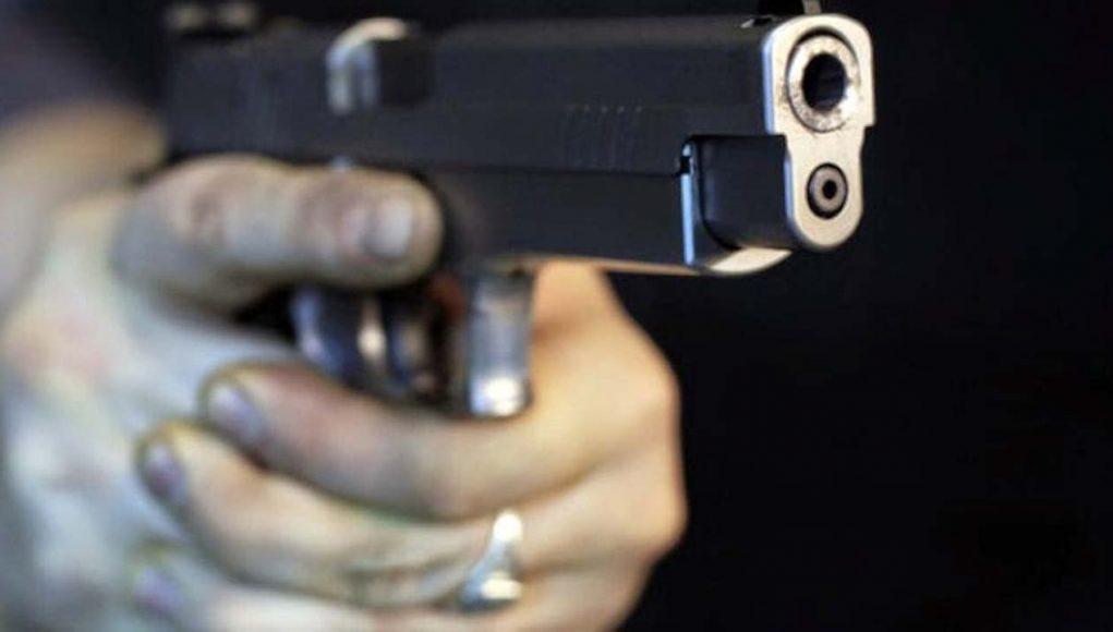 Tidak boleh menodong senjata pada orang lain baik serius maupun bercanda.. Perbuatan ini dilaknat oleh malaikat !!!